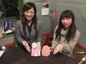 プレゼントコーナーは、この二人でお届けします。左はプレゼント提供のシグニ株式会社の高木 文さん、右のよしりんが手に持っているのが4月のプレゼント!