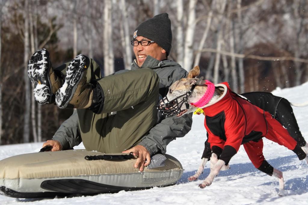 雪遊びを楽しむ大竹さんとブリジット