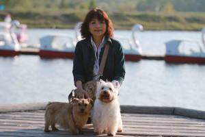 金子さんと茶々(左)とCOO。女神湖にて