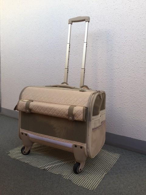 いざ出発! こちらが筆者愛用のキャスター付きキャリーバッグ。車内の床での滑り止めに、100円ショップで購入したカーペットの滑り止めシートを使うのが裏ワザ!?